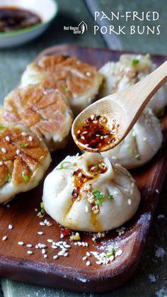 Sheng Jian Bao: Pan-fried pork buns (生煎包) - Tasty, moist pork wrapped with half-soft, half-crispy dough, Shanghai pan-fried pork buns, traditio - Pork Recipes, Asian Recipes, Cooking Recipes, Healthy Recipes, Japanese Food Recipes, Japanese Food Dishes, Japanese Meals, Asian Foods, Gastronomia