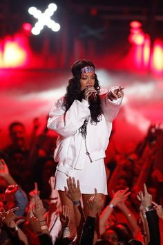 "Rihanna had fear written all over her face as she performed ""Monster"" alongside Eminem at the 2014 MTV Movie Awards. Looks Rihanna, Rihanna Love, Rihanna Style, Rihanna Baby, Mode Rihanna, Rihanna Fenty, Mtv Movie Awards, Rihanna Outfits, Stage Outfits"