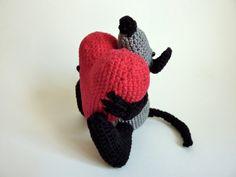 Gehaakte katoenen kleine grijze muis met een groot rood hart. Handgemaakt amigurumi dier.