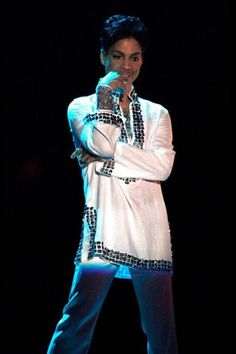 Just letting us sing to him! Prince♦the Beautiful One ♦♦♦♦♦♦♦♦♦♦♦♦ Prince Dead, My Prince, Prince Adore, Prince And Mayte, The Artist Prince, Hip Hop, Pictures Of Prince, Prince Images, Prince Gifs