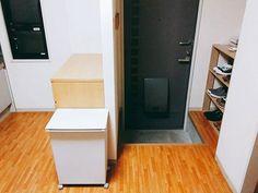 . . 我が家の狭い #玄関 しかも高低差が30cm程あります 大人二人が並ぶとキツキツですが、 旦那さんとのキツキツなので良しとしましょう . #キッチン での作業(下拵えやカット)は #無印 の #オーク材チェスト で行っています 奥行き40cmなので結構広々です このチェストは #食器棚 として愛用中 扉より引き出しが便利だと思いこれにしました (#持たない暮らし) . #シンプルライフ #シンプルな暮らし #ミニマリスト #2人暮らし #無印良品 #賃貸 #2DK #収納 #整理収納 #インテリア .