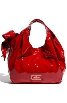Valentino Lacca Nuage Hobo Love the patent leather red Very Valentino, Red Fashion, Fashion Fall, Fashion Shoes, Valentino Garavani, Beautiful Bags, Swagg, My Bags, Purses And Handbags