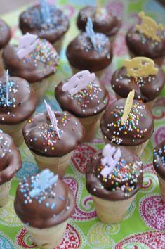Diese kleinen Kuchen im Waffelbecher sind perfekt für jeden Kindergeburtstag, Karneval oder zum Kaffeklatsch der Spielgruppe.