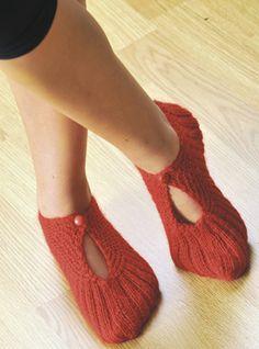 Strikkede hjemmesko Knitted Slippers, Chrochet, Knitting Socks, Knit Patterns, Leg Warmers, Diy And Crafts, Footwear, Journal, Shoes
