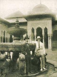Manuel de Falla con Léonide Massine en el Patio de los Leones de la Alhambra de Granada, en junio de 1916. Es el primer documento gráfico de la presencia de Falla en Granada .