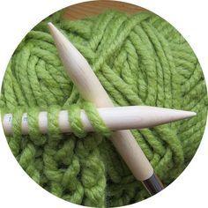 Ένας σύντομος οδηγός για όσους πιάνουν τώρα τις βελόνες στα χέρια τους. Crochet Crafts, Knit Crochet, Easy Knitting Patterns, Crochet Scarves, Sewing, Diy, Sweater, Dots, Dressmaking