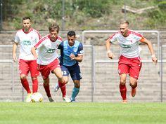 #Leon #Hellwig (links) eilt mit dem Ball, #Karim Benyamina von #ViktoriaBerlin davon.