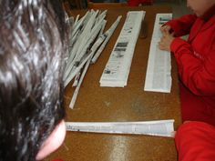 Trabajando en el taller de bolsas de papel de periódico.