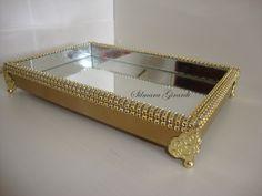 Bandeja de MDF pintada de ouro velho com detalhes em strass dourado, Pés decorativos,  Dentro toda revestida de espelhos.