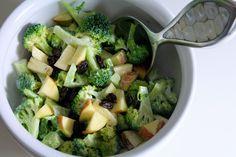Det her er en af de nemme og hurtige salater, der er sprængfyldt med gode vitaminer og ingredienser, der komplimenterer hinanden rigtig godt. Salaten kan være klar i løbet af 15 minutter og er super som tilbehør til både kød, kylling og fisk eller som madpakke til næste dag.  Jeg er ret vil....