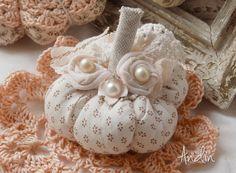 Dýnička ve stylu Shabby chic Dekorační dýnička je ušit z jemné látky smetanové barvy s drobným hnědým ornametnálním vzorečkem. Zdobení krajkami, látkovými růčkami a porcelánovým květem. všechny květy jsou s velkými perličkami. Průměr dýničky je 8 cm Na přání zhotovím celou sadu