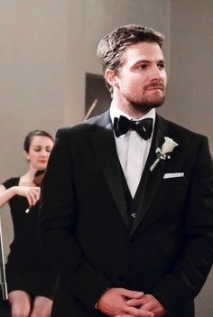I know it's not exactly black and white, but he is in a black and white tuxedo! <3 Stephen Amell Arrow, Arrow Oliver, Arrow Tv, Team Arrow, Steven Amell, Susanna Thompson, Tommy Merlyn, Colin Donnell, Green Arrow
