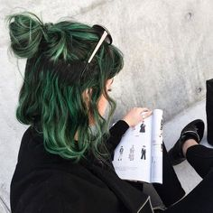 Dark green dyed hair grunge style - http://ninjacosmico.com/28-crazy-hairstyles-ideas/ Green Hair Ombre, Dark Green Hair Dye, Short Green Hair, Pastel Green Hair, Girl With Green Hair, Dark Hair With Color, Dark Silver Hair, Colorful Hair, Green Hair Colors