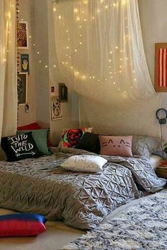 such a cute room! http://girlbedrooms.tumblr.com/