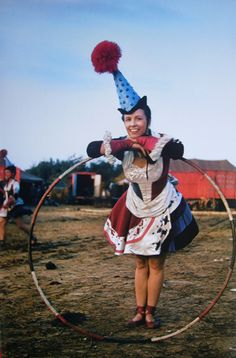 A hula hooping circus girl Old Circus, Circus Acts, Dark Circus, Night Circus, Circus Book, Es Der Clown, Le Clown, Circus Clown, Circus Theme