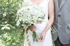 LOVE the bride's queen anne's lace bouquet! perfect for this beach wedding on lake michigan | markit photography