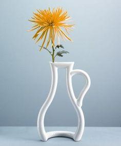 水差しのような形を模ったオシャレな花器。このデザインなら、棚上もスッキリと飾れますよね!白だから、どんな色にも合わせられる使いやすさも魅力的。