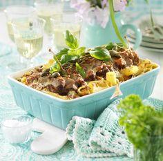 Lättlagad och matig gratäng med fläskfilé, mozzarella och salami som passar utmärkt både till vardag och till fest!