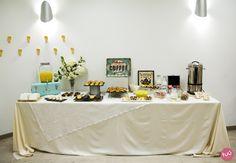 Mesa de catering decorada para un desayuno de una empresa