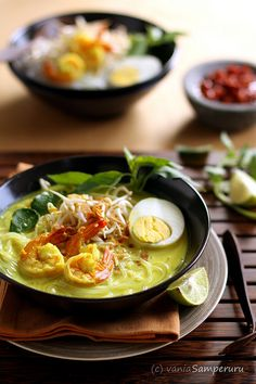 Laksa is a popular spicy noodle soup from the Peranakan culture, which is a merger of Chinese and Malay elements found in Malaysia and Sing. Asian Recipes, Healthy Recipes, Ethnic Recipes, Asian Foods, Love Food, A Food, Laksa Recipe, Indonesian Cuisine, Indonesian Recipes