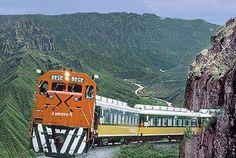 El Chepe. (Tren Chihuahua al Pacífico). Sale desde Chihuahua capital hasta Los Mochis, Sinaloa. De los pocos trenes de pasajeros en el país.