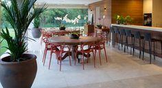 Os vasos de cerâmica vietnamita estão ganhando cada vez mais espaço em projetos de decoração. Diferenciados, apresentam espessura maior que vasos de cerâmica comum, podendo ser produzidos em tamanhos que chegam a 1,60 de altura e com acabamento de pedra vulcânica. Na Vaso & Cia.