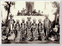 Balinese dancer with a gamelan orchestra, ca. 1920, photographer: Atelier Kurkdjian