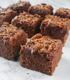 This Vegan Texas Sheet Cake is everything you want in a chocolate cake. Imagine tender, moist chocolate cake topped with pecan-infused chocolate frosting. Caramel Brownies, Peanut Butter Brownies, Marshmallow Brownies, Chocolate Brownies, Coffee Brownies, Bean Brownies, Coconut Pecan Icing Recipe, Brownies Rocky Road, Mississippi Mud Cake
