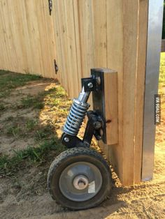 Fence gate wheel w shock Backyard Projects, Outdoor Projects, Wood Projects, Woodworking Projects, Woodworking Guide, Backyard Ideas, Dog Backyard, Garden Ideas, Handyman Projects