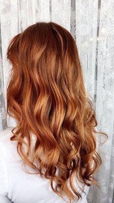 caramel haare, frau mit mittellangen karamellfarbigen haaren, trendige haarfarben