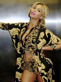 esta mujer es excelente en la moda sabe lucir la ropa