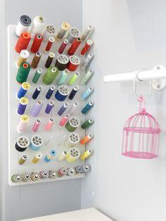 créer un présentoire à bobines de fil Coin Couture, Burn Out, Blog Deco, Sewing Rooms, Craft Organization, Diy And Crafts, Triangle, Crafty, Boutiques