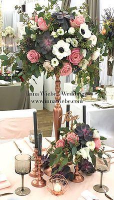 moderner Blumenschmuck mit ausladendem Eukalyptus, Anemonen und tropischen Rosen. Moderne Kupferständer passen hervorragend ins Farbkonzept. #modern #Tischdekoration #Kupfer #Hochzeitsdekoration #Blumenkugeln www.innawiebe.com