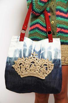 Bolsa com jeans restaurado e aplicação de #crochê com motivo de coroa! Super legal!
