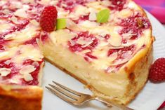 A creamy and delicious white chocolate pie recipe topped with tangy sweet raspberries. White Chocolate Raspberry Pie Recipe from Grandmothers Kitchen. White Chocolate Pie Recipe, White Chocolate Raspberry, Fruit Cheesecake, Cheesecake Recipes, Pie Recipes, Sweet Pie, Sweet Tarts, Pie Dessert, Dessert Recipes