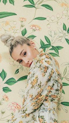 Wallpaper / Ariana Grande