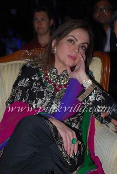 Nita Ambani's jewels make a statement! Ethnic Outfits, Indian Outfits, Indian Attire, Indian Wear, Pakistani Dresses, Indian Dresses, Nita Ambani, Dressing Sense, Indian Fashion