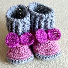 Buciki wykonane na  szydełku.  Długość  stopy 10 cm.