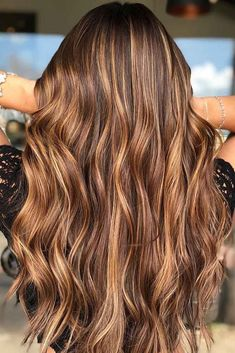 Hair Color 2018 Chestnut Brown With Carmel Blonde Highlights ❤️ Want to find some chestnut hair color ideas? Warm brown hair with highlights, chestnut locks with golden balayage, light ombre for dark hair and more inspiring ideas are he. Blonde Hair Colour Shades, Brunette Color, Hair Color Dark, Cool Hair Color, Color Red, Brunette Hair, Brunette Ombre, Red Ombre, Ombre For Dark Hair