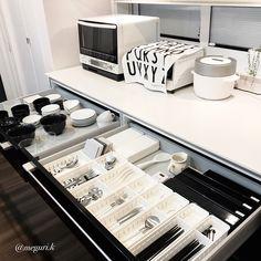 キッチンお皿収納見直し‼️ あまり使ってない、高価なお皿。 デザインも好きじゃない…思い切って断捨離しました‼️んー、スッキリ✨ ・ 右側は#カトラリー とラップ類を収納。 ・ 左側には、1番よく使うお皿 (ご飯茶碗・お味噌汁のお椀・小鉢・小皿・丼・普段使いのコップ類)を収納‼️ ・ ここだとご飯よそうのも、 お味噌つぐのも、 おかずを盛り付けるのも、 一歩以内‼️♀️ ・ 家事動線ばっちし ・ 『【お皿収納】良運気を取り込む収納方法‼︎』ブログ更新しましたhttp://s.ameblo.jp/megurik ・ ニョロニョロの種にハマったまた飲みたい(pic3枚目) #お皿収納 #食器収納 #持たない暮らし #お皿 #プレート #食器 #キッチン #kitchen #カップボード #食器棚 #キッチン収納 #収納 #断捨離 #home #家 #一条工務店 #アイスマート #ホワイト #白黒 #モノトーン #monotone #くらし #引き出し収納 #ミニマリスト #ホテルライク #すっきり #インテリア