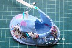 Sapatinho para bebê, feito de tecido. É do site Sew Lover , mas recebi por email. abaixo está o passo a passo gráfico bem explicadi...