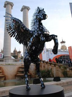 Pegasus statue has been fashioned from 3500 Huawei smartphones by a Machine Shop from London. The colossal structure was unveiled at the Mobile World Congress 2012 in Spain by the Chinese manufacturer along with the Ascend D Quad. Alexander Calder, Jackson 5, Sculpture Metal, Lion Sculpture, Memes Percy Jackson, Mobile World Congress, Wow Art, Heroes Of Olympus, Recycled Art