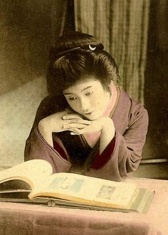 Geisha looking at a book of photographs. Vintage Japanese, Japanese Art, Vintage Photographs, Vintage Photos, Famous Photography, Samurai, Taisho Era, Meiji Era, Oriental