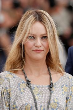 Pin for Later: Every Single Gorgeous Beauty Look From This Year's Cannes Film Festival Vanessa Paradis At the jurors' photocall, French actress Vanessa Paradis wore her hair and makeup natural. Medium Haircuts With Bangs, Cute Medium Length Haircuts, Medium Length Hair Cuts With Layers, Medium Layered Haircuts, Long Bob Haircuts, Mid Length Hair, Medium Hair Cuts, Vanessa Paradis, Cannes Film Festival