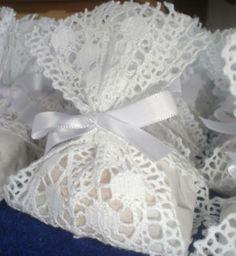 Embalagem rendada para bem casado, combina com festas à beira da praia.