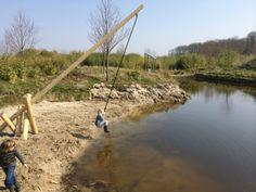 Slingeren aan een touw boven het water. Droog blijven of lekker nat worden...