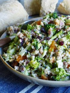 Brokkolisalat med bacon og byggryn Breakfast Enchiladas, Tapas, Tex Mex, Bacon, Cobb Salad, Broccoli, Food And Drink, Eat, Healthy
