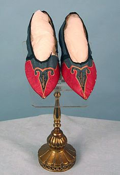 Heelless pointed toe shoes with leather and satin upper of fuchsia and grey color. France, 1795