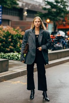 New York Fashion Week Delivered All the Street Style You've Been Waiting For Look Street Style, New York Fashion Week Street Style, Spring Street Style, Cool Street Fashion, Casual Street Style, Classic Outfits, Casual Outfits, Fashion Outfits, Blazer