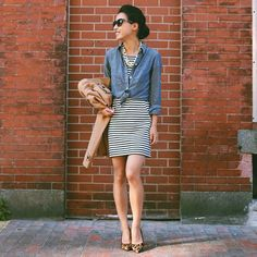 Fall casual street style chambray knotted shirt + striped dress and leopard pumps Extra Petite, Casual Street Style, Casual Fall, Casual Chic, Chambray Shirt Outfits, Denim Shirt, Chambray Top, Skirt Outfits, Look Camisa Jeans